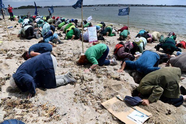 Pourquoi des dizaines de personnes ont mis leur tête dans le sable en Bretagne (Photo par FRED...