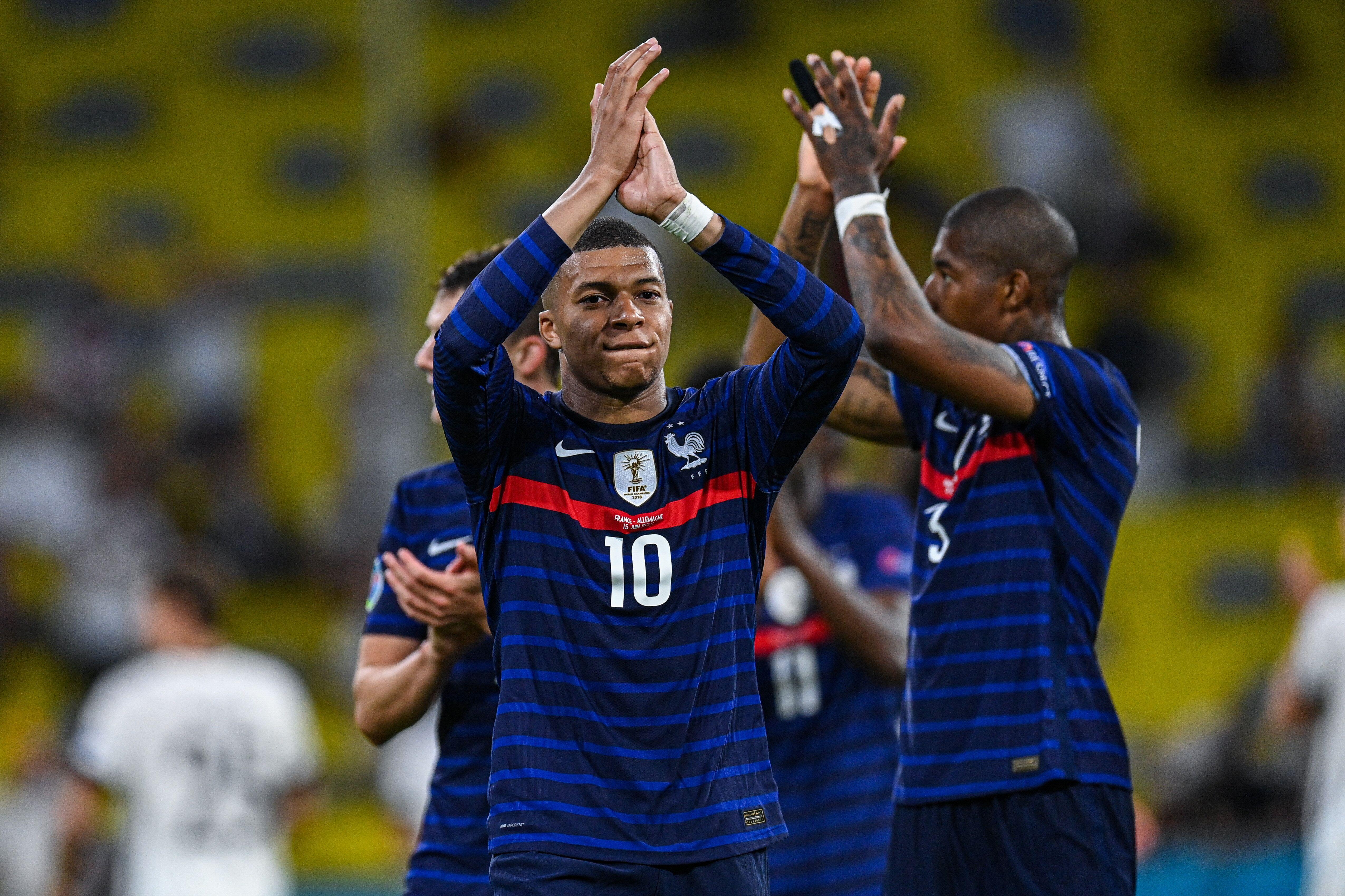 Le footballeur Kylian Mbappe célébrant la victoire de l'équipe de France face à...