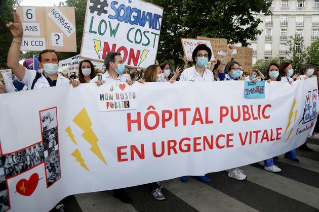 En juin 2020, le personnel hospitalier manifestaient (ici à Paris) pour dénoncer les conditions de travail...