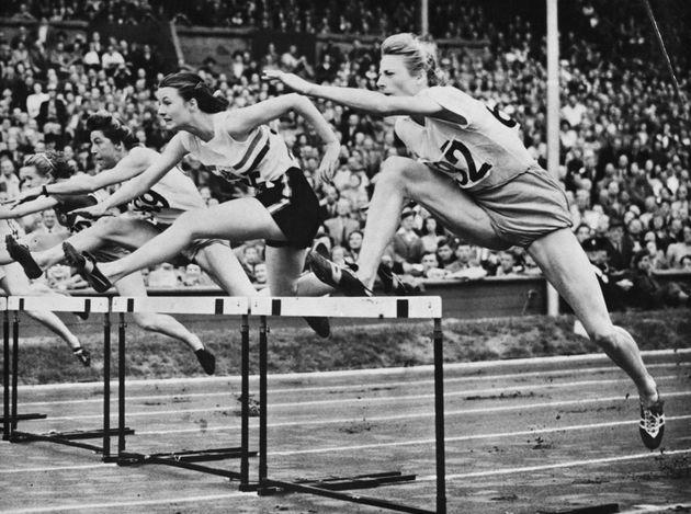 Fanny Blankers-Koen au premier plan lors du 80 m haies aux JO 1948 à