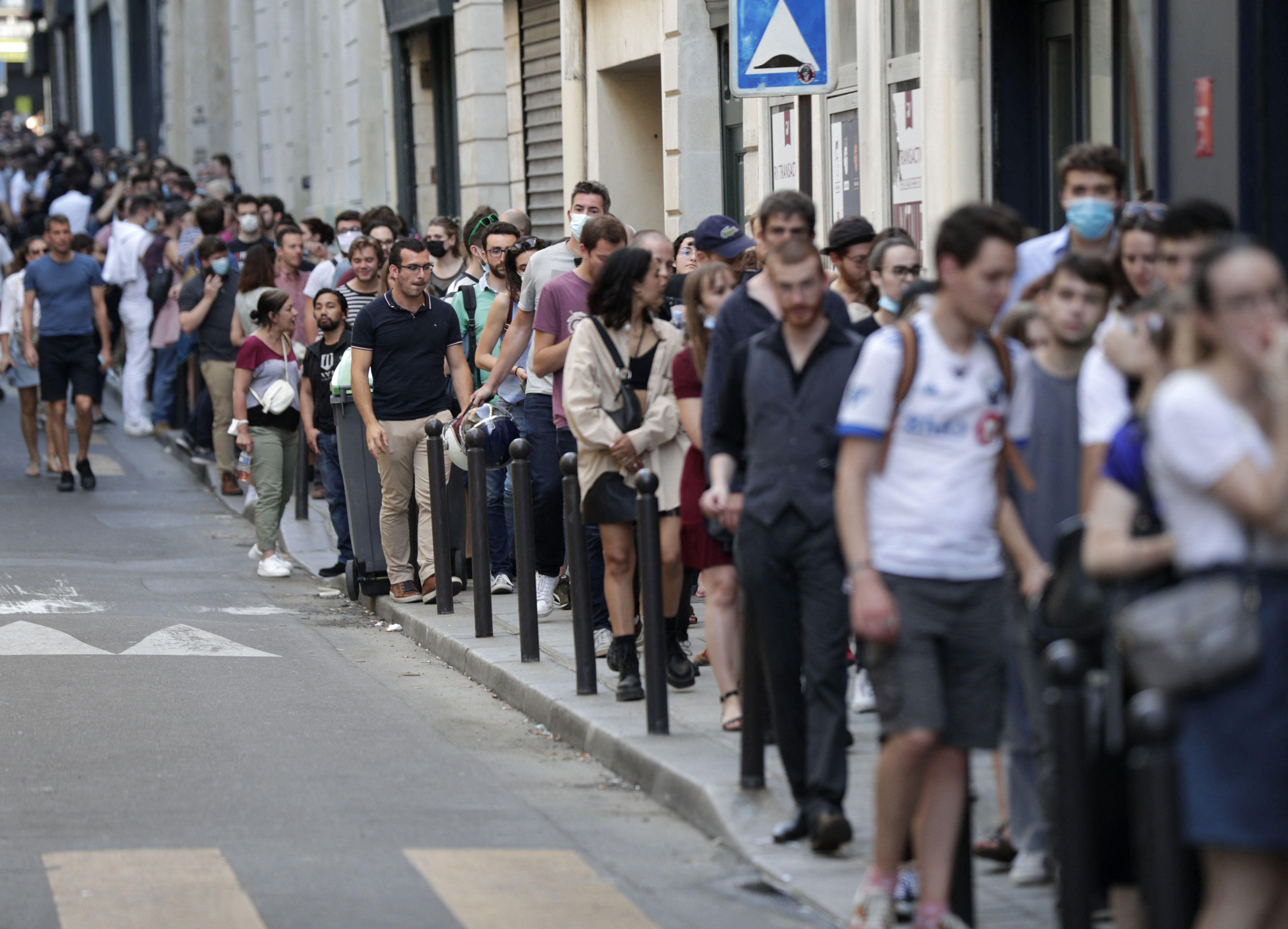Des personnes faisant la queue pour assister à l'avant-première de