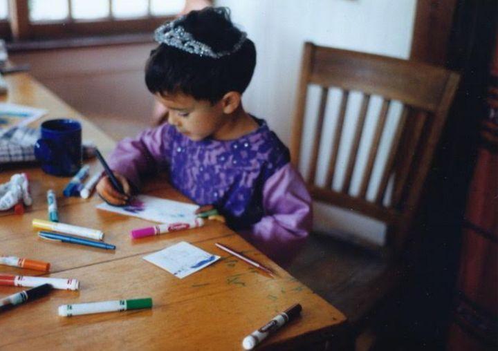 L'enfant de l'autrice, Danny Moreno, en 1993. Danny aimait se déguiser en princesse et dessiner.
