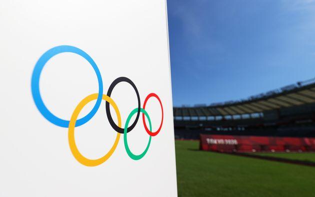 Photo d'illustration des anneaux olympiques prise le 21 juillet 2021 à Fukushima, à l'occasion...