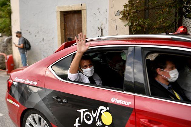 Emmanuel Macron assistant à la 17e étape de la 107e édition du Tour de France, le...