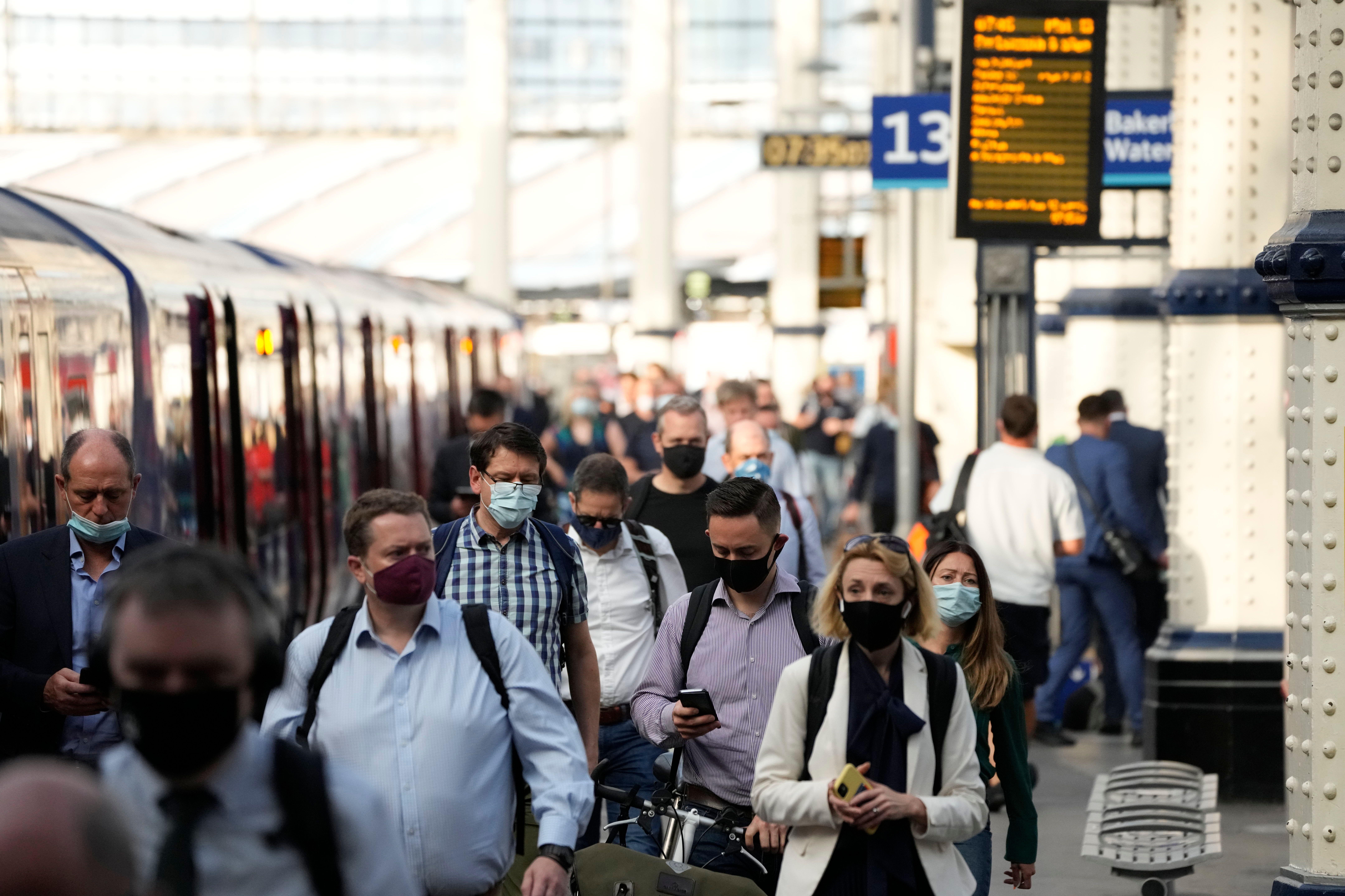 Des voyageurs portant le masque à la station Waterloo, à Londres, le 14 juillet