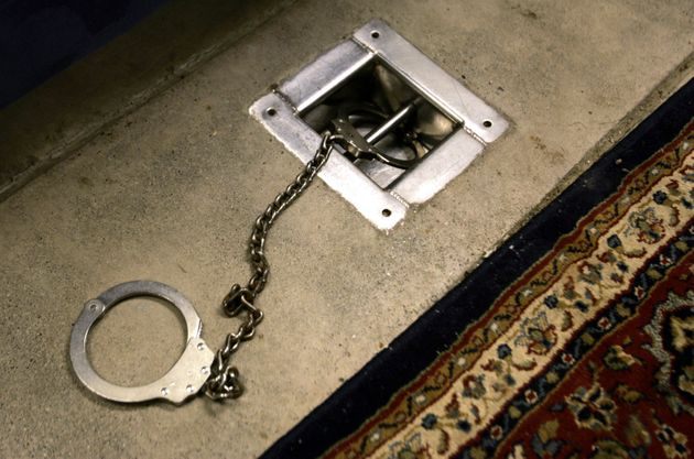 Photo de menottes aux pieds dans une salle d'interrogatoire de Guantanamo en 2006, avant que l'utilisation...