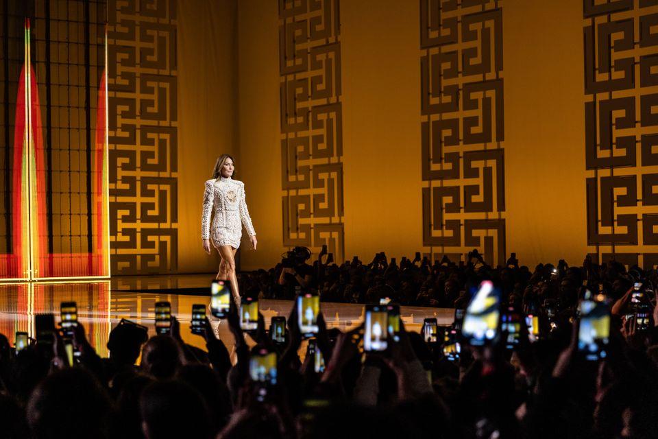 Carla Bruni redevient mannequin pour le défilé Balmain d'Olivier