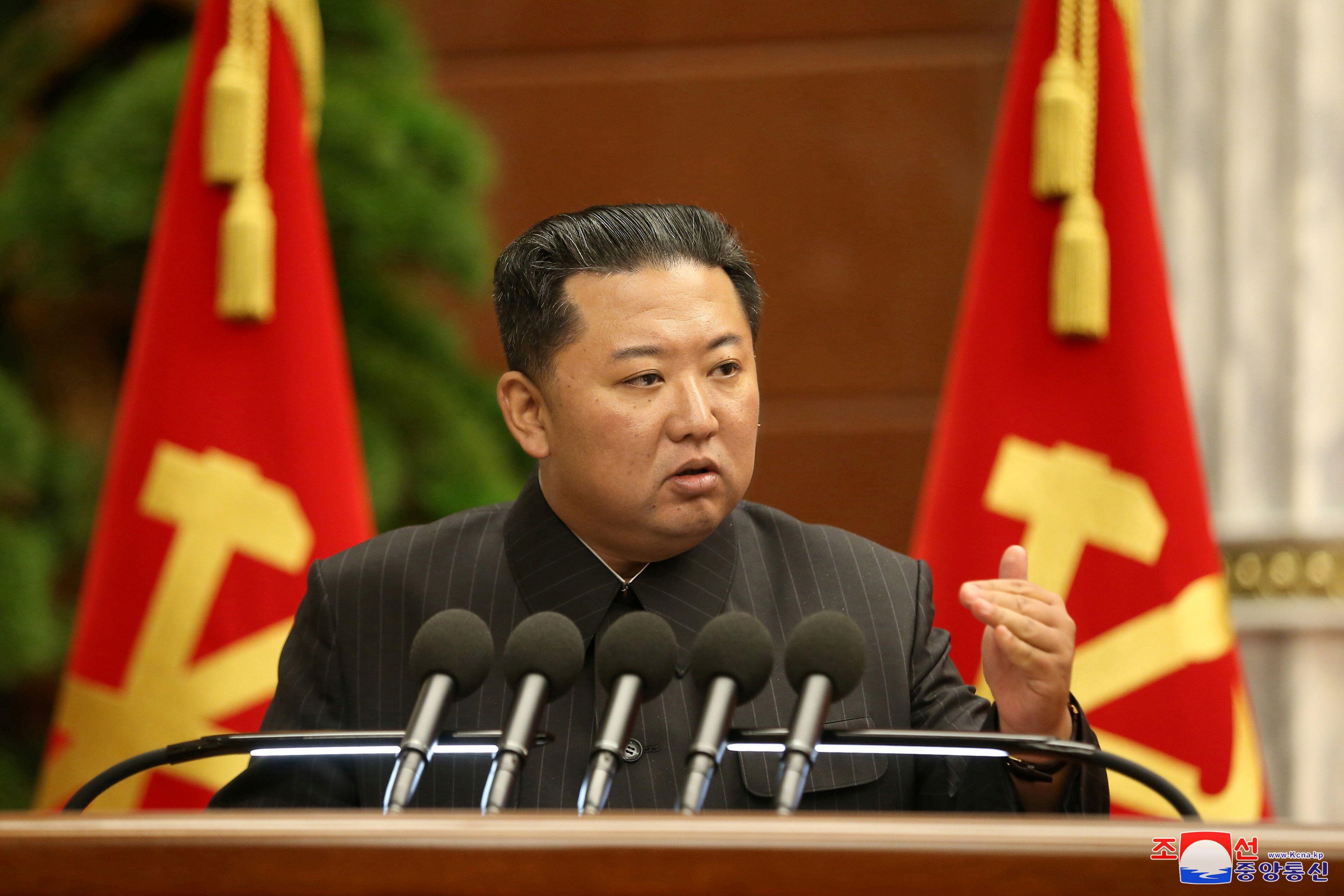 Kim Jong Un, ici s'exprimant lors de la troisième réunion élargie du bureau politique...