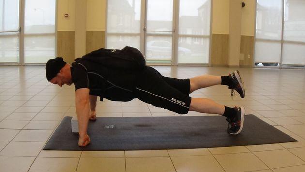 Le sportif Éric Lejeune a accompli 29 de ces pompes extrêmement difficiles, en soulevant le poids de...