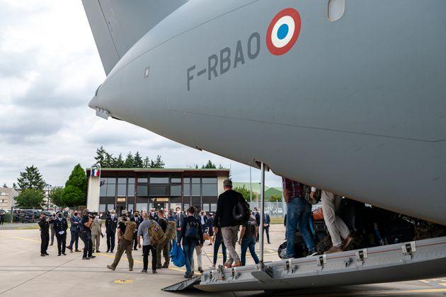 Un avion en provenance de l'Afghanistan photographié à la base aérienne de Villacoublay...