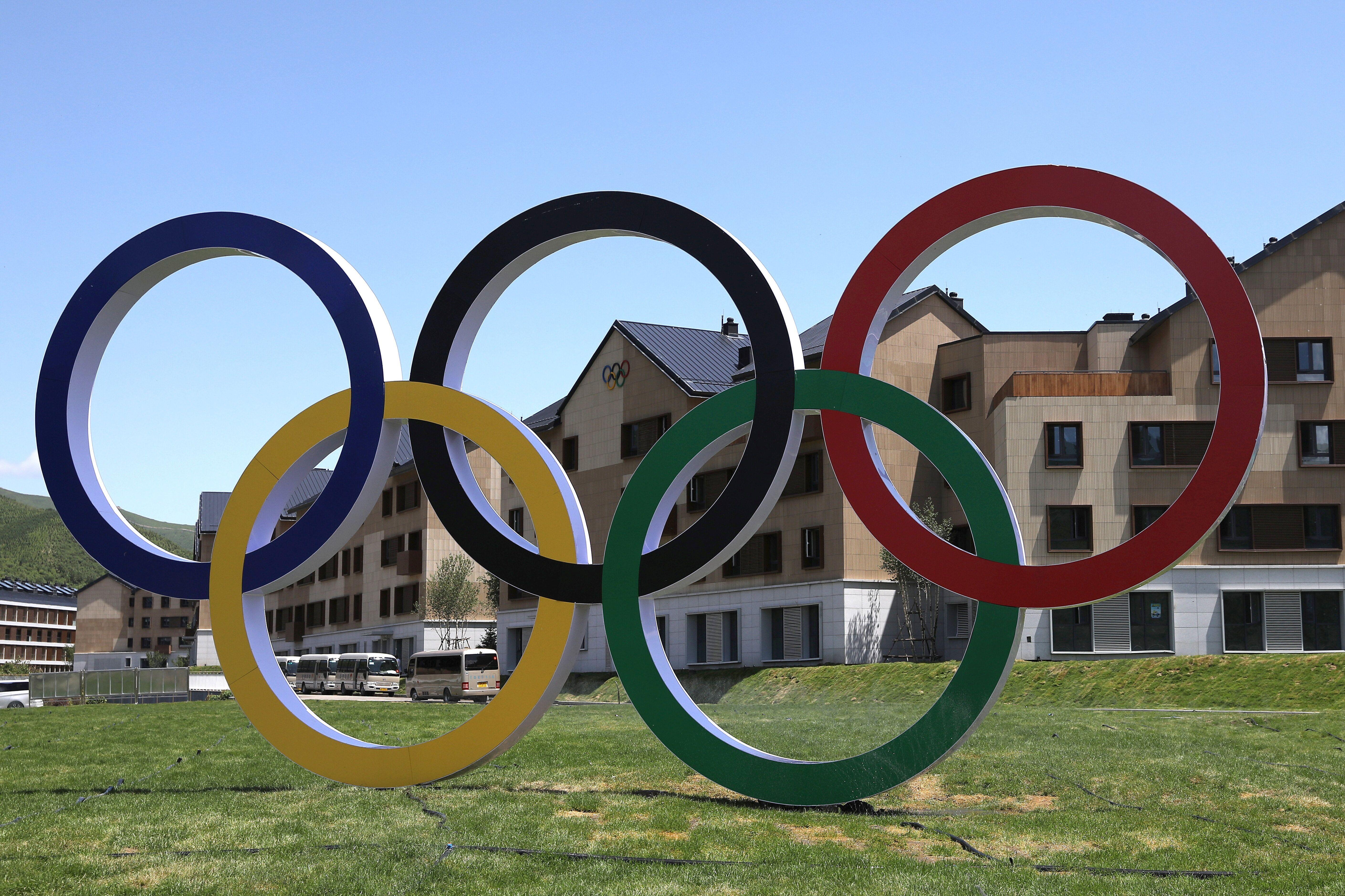 Les anneaux olympiques devant le village olympique et paralympique de Zhangjiakou pour les JO d'hiver...