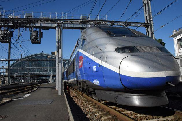 Le premier train officiel de la nouvelle ligne TGV reliant Paris à Bordeaux en 2h04 au départ...