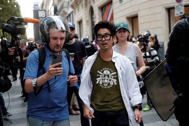 Joachim Son-Forget (à droite) photographié le 24 juillet lors d'une manifestation anti-pass...