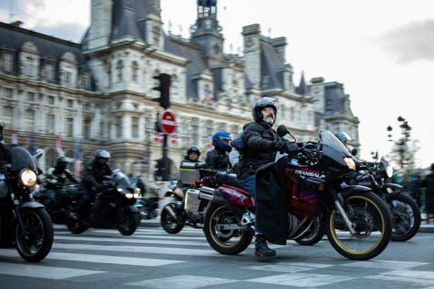 Des motards, qui manifestent ici contre le stationnement payant pour les deux-roues, à Paris le...
