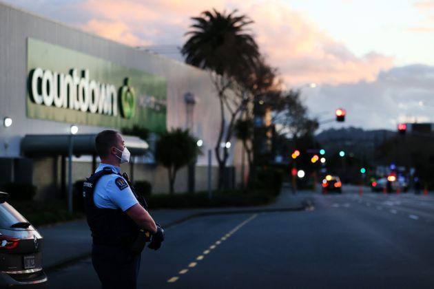 Un policier devant un supermarché d'Auckland, en Nouvelle-Zélande, où a eu lieu...