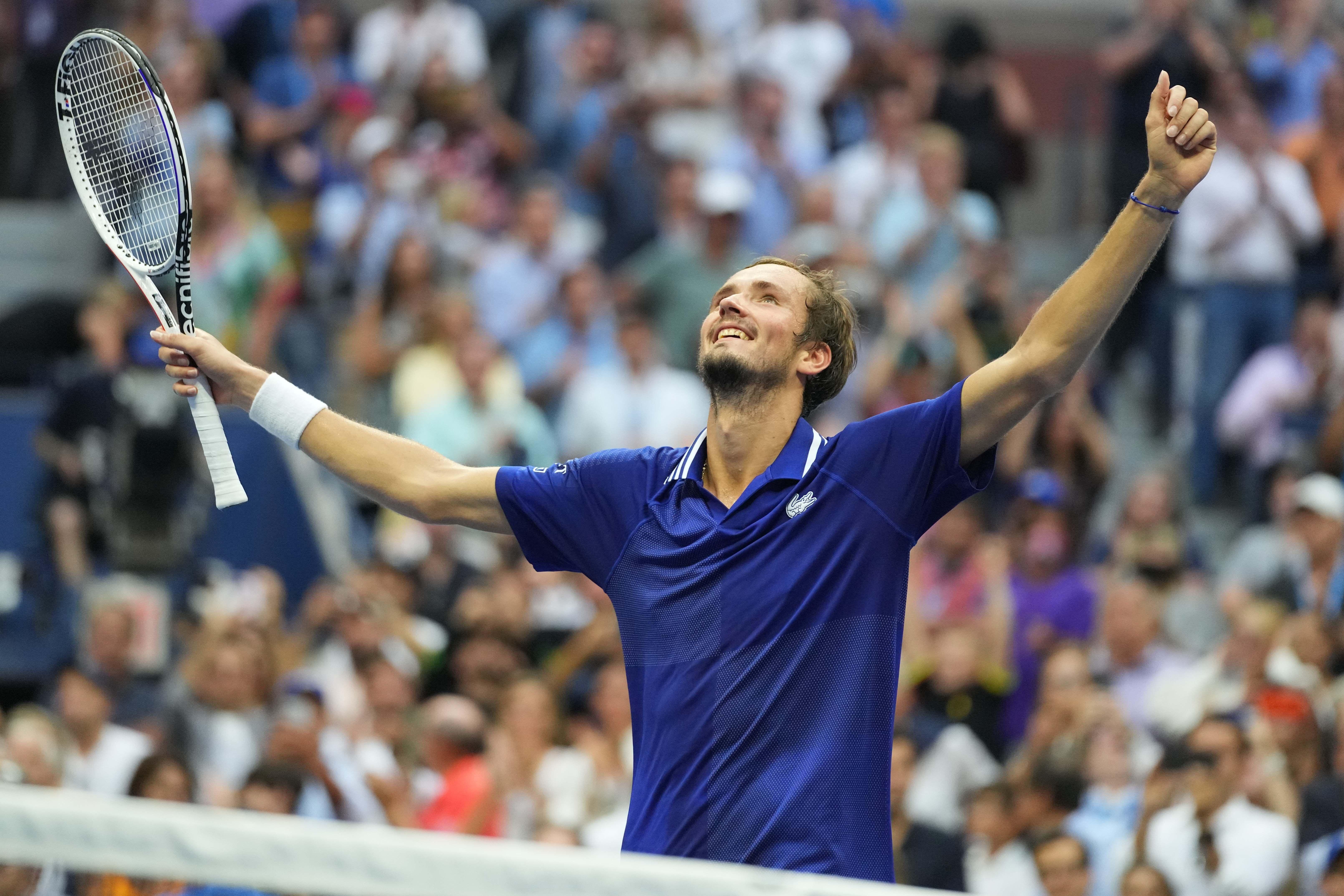 Daniil Medvedev célèbre sa victoire contre Novak Djokovic en finale de l'US Open, à...
