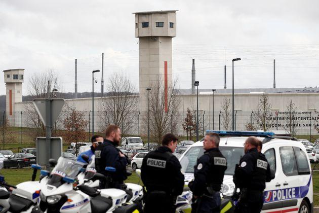 Des policiers devant la prison de Condé-sur-Sarthe après l'agression de deux surveillants...