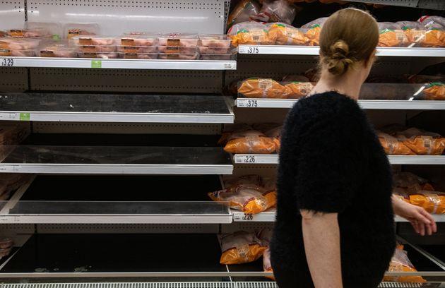 Les étagères dans les supermarchés sont pour certaines vides comme ici à...