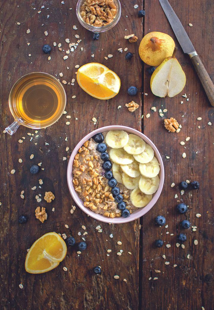 Le traditionnel porridge aux flocons d'avoine qui tient au ventre toute la matinée.