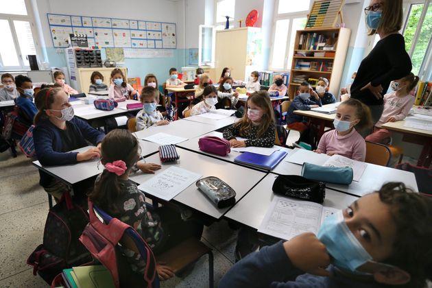 Des élèves dans une classe dans une école d'Antibes (Alpes-Maritimes), le 26 avril...