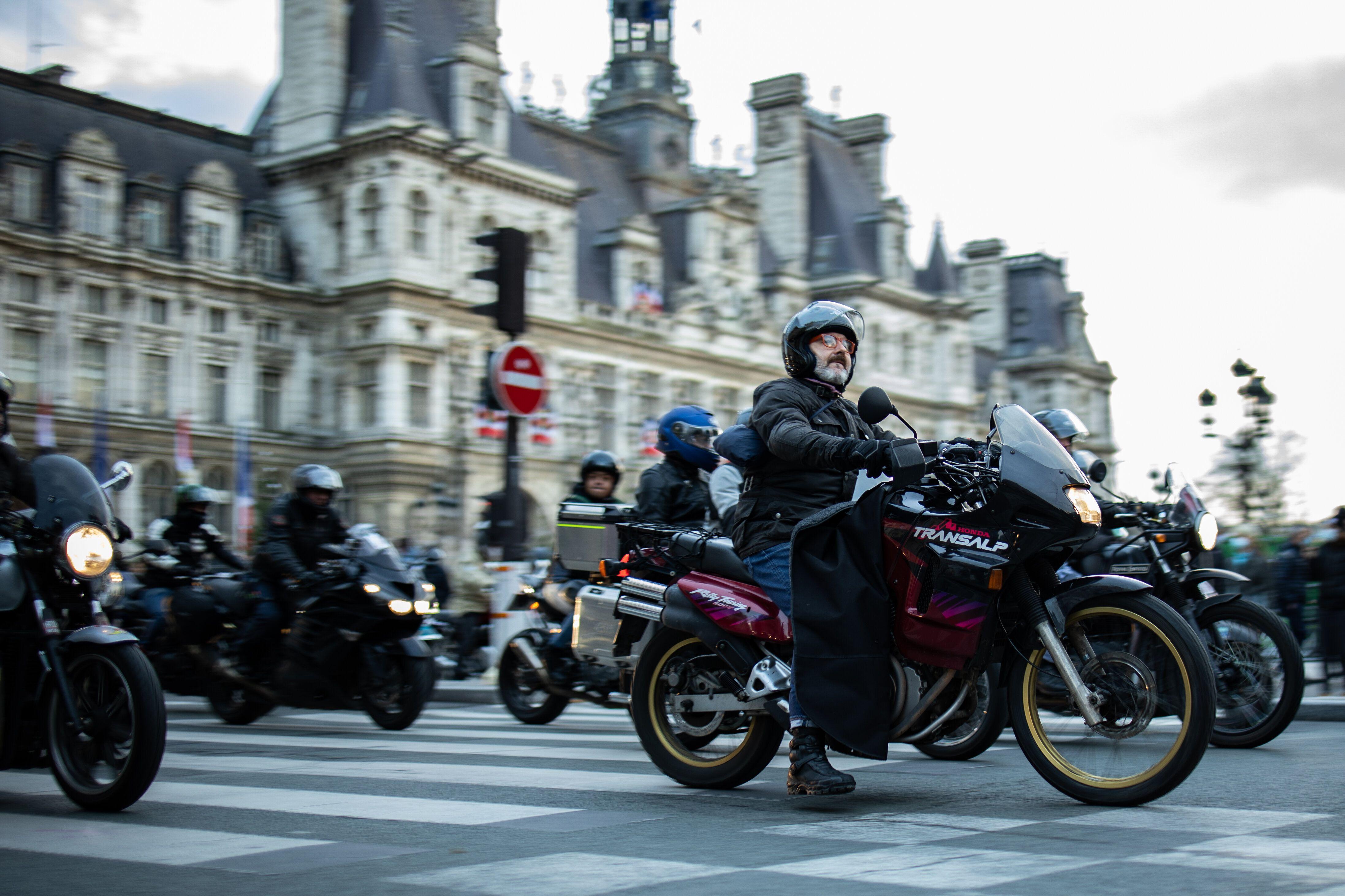 Des motards, ici manifestantcontre le stationnement payant pour les deux-roues à Paris,...