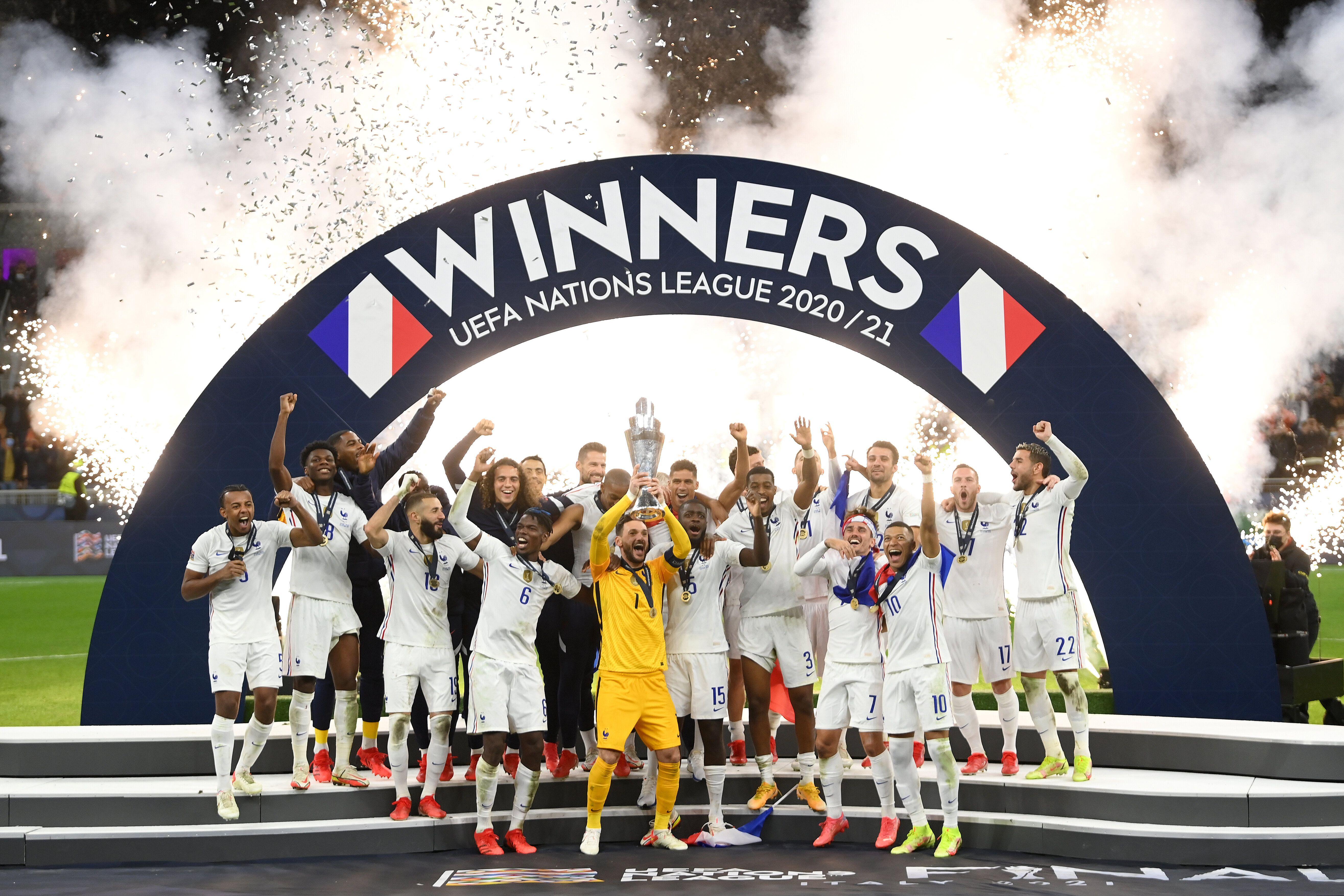 L'équipe de France soulevant pour la première fois le trophée de la Ligue des nations,...