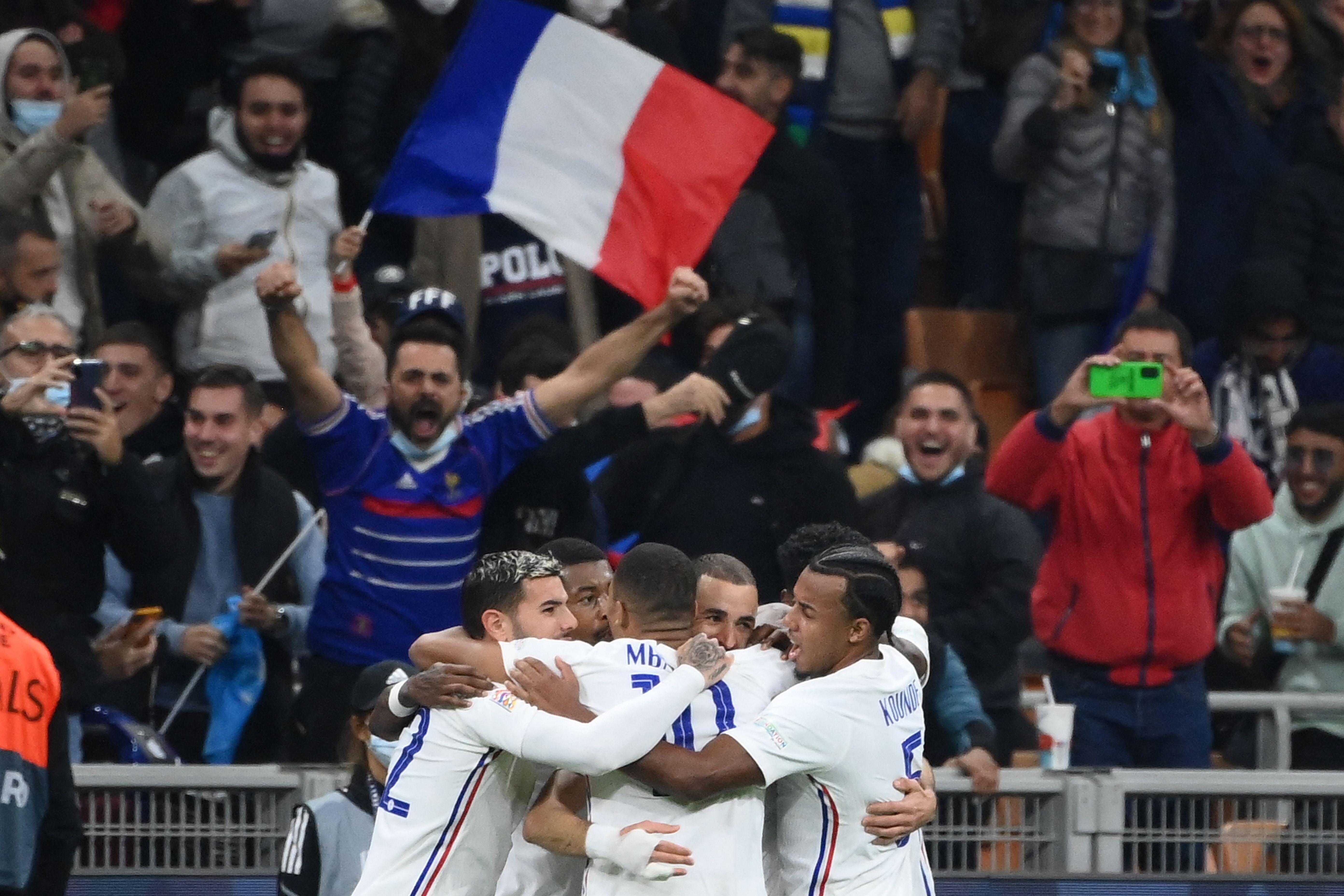 Les Bleus célébrant le but de l'égalisation inscrit par Karim Benzema face à...