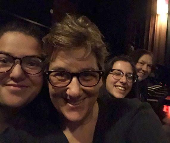 L'autrice, au centre, avec ses deux filles et leur seconde mère (à droite) au cinéma, en décembre 2019.