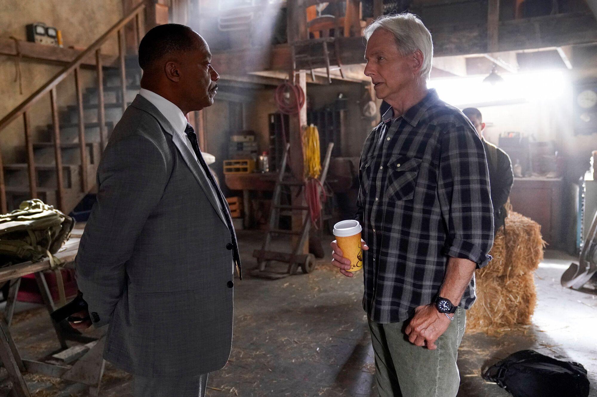 Rocky Carroll et Mark Harmon (à droite) sur le tournage d'un épisode de