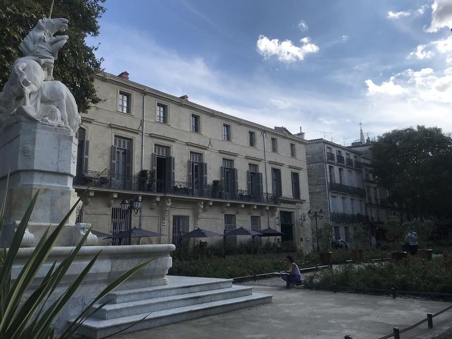 statue batiments place canourgue