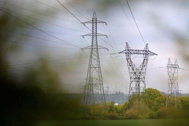 Près de 8.000 foyers étaient privés d'électricité samedi dans la nuit...