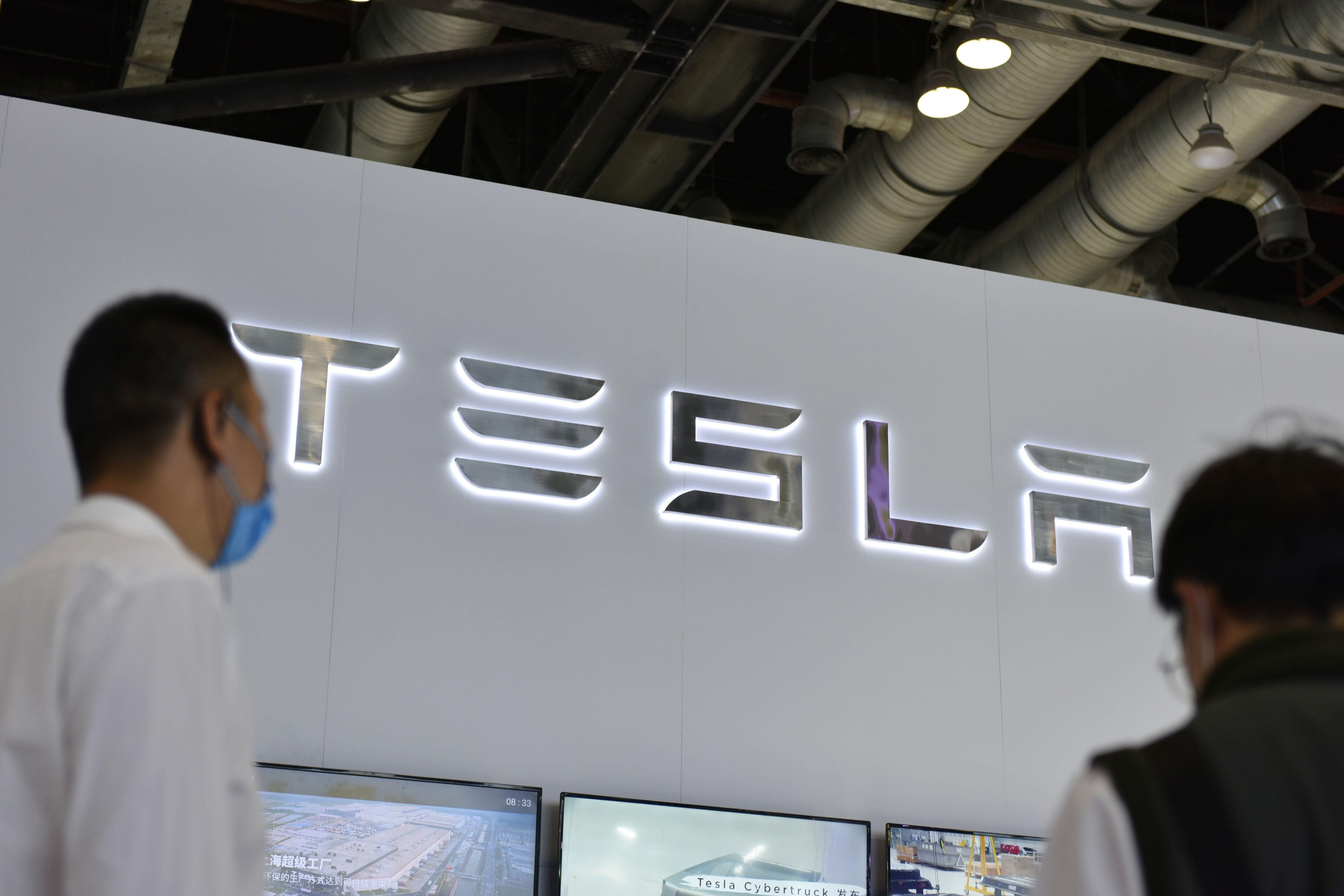 Logo Tesla dans un salon, en Chine, en